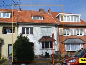 Prachtig gelegen te renoveren woning met een bewoonbare oppervlakte van 195m², 5 slaapkamers en een tuin.  Op de gelijkvloers vindt men een inkom