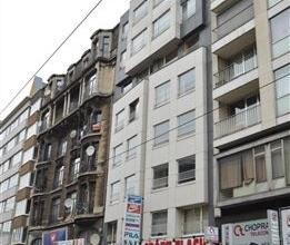 Centraal gelegen appartement van 95m² met 2 slaapkamers op de 5de verdieping in een gebouw van 7 hoog.  Dit appartement bestaat uit een ruime en