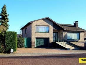 Karaktervolle villa met 3slpks. en grote tuin met opp. van 200m² op een perceel van 525m² !!. Inkomhal van 10m² op tegels. Woonkamer va