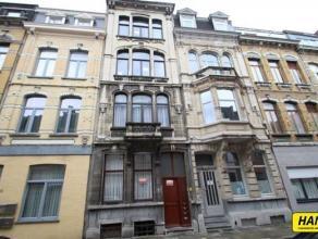 Monumentale burgerswoning onderverdeeld in 4 appartementen van 80m² met 1/2 slaapkamers.Indeling: Gelijkvloers: Slaapkamer van 14m²op lamina