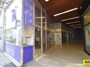 Handelsgelijkvloers van 100m² op TOPLIGGING aan de Leien vlakbij de Meir, Keyserlei en Centraal Station.  Het pand bestaat uit een gelijkvloers w