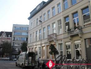 * Knusse studio (ca.37m²) op het gelijkvloers in een klein gerenoveerd gebouw bestaande uit 4 gelijkaardige studio's nabijhet openbaar verv