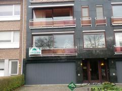 * Appartement op de 1ste verdieping, gelegen in het centrum van Brasschaat, op wandelafstand van de winkels, kerk, openbaar vervoer ... * Indeling:&nb
