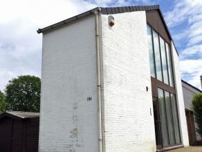 Knusse woning met groot terras.Deze knusse open bebouwing met zonnig terras ligt op een volledig afgesloten terrein van 8a29ca.De woning werd ingerich