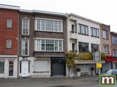 Ruim gelijkvloers appartement met binnenkoertje aan de Villerslei, aan winkels en openbaar vervoer.  Inkomhal, keuken aan woonkamer met toegang tot ge