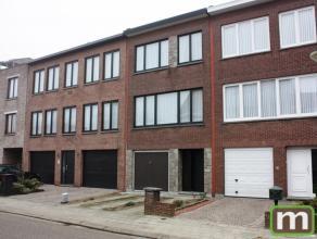 Gezellige woning op 153m² in aangename woonstraat op de grens met Borsbeek, nabij winkels en openbaar vervoer.  Inkomhal, inpandige garage, waspl