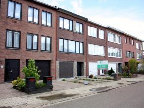 Zeer goed onderhouden woning op 153m² in aangename woonstraat op de grens met Borsbeek, nabij winkels en openbaar vervoer. Inkomhal, inpandige ga