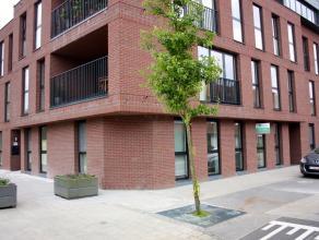 Nieuwbouw gelijkvloers appartement 105m² met 2 slaapkamers en overdekte autostaanplaats, in aangename woonlaan aan Schoten Vaart.. Inkomhal, leef