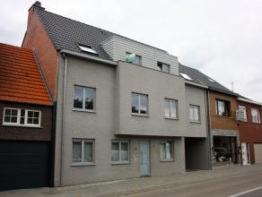 Recent dakappartement met 3 slaapkamers en riant dakterras nabij het centrum van Schoten. Inkomhal met rechtstreekse toegang vanuit de lfit, gastentoi