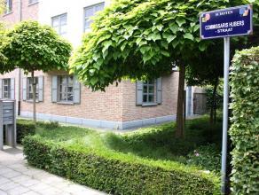 Recent half-open gelijkvloers appartement 100m² met privatieve tuin en garage. Gelegen in een rustige woonstraat nabij centrum Schoten. Inkomhal