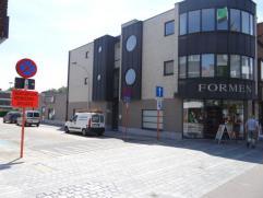 Appartement gelegen op de 2de V in het centrum van Brasschaat, nabij alle winkels en openbaar vervoer. Het appartement bestaat uit een woonkamer op pa