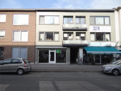 Handelspand op tegelvloer met grote berging aan de Bredabaan te Brasschaat, vlakbij de vele winkels. Verlichting is aanwezig, er zijn aparte meters vo