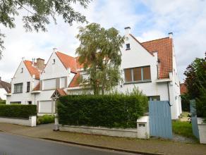 Prachtig gelegen KOPPELVILLA met 3 slaapkamers tussen de ZOUTELAAN en het OOSTHOEKPLEIN, vlakbij het Koningsbos en het Zwin. Samenstelling : Inkomhal