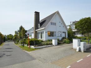 Goed onderhouden en alleenstaande villa tussen het ZEGEMEER en de ZEEDIJK van het ALBERTSTRAND. Inkomhall, grote woonkamer met eet-en zithoek, aparte