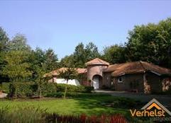 Provençaalse villa op een van de mooiste plekjes van Wuustwezel/Gooreind grens Brasschaat. De laagbouwwoning is gelegen op een omheind perceel