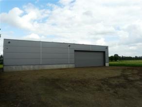 Magazijnruimte ca 220 m², hoogte ca 4 meter voorzien van elektriciteit; 3 x 220 V / drijfkracht 3 x 380 (hoogspanningscabine), verlichting; TL-la