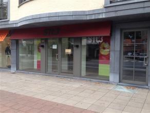 Commercieel gelegen & ruim handelsgelijkvloers in de dorpskern van Brasschaat. Indeling: De grote winkelruimte (262 m²) is voorzien van een c