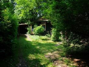 Gezellige bungalow/chalet in houtconstructie, rustig gelegen in groene omgeving. Indeling: De inkomhal op houten vloer die voorzien is van afzonderlij
