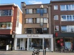 Gezellig dakappartement met veel lichtinval, gelegen in het centrum van Brasschaat. In de nabijheid van winkels en openbaar vervoer. Dicht bij in- en