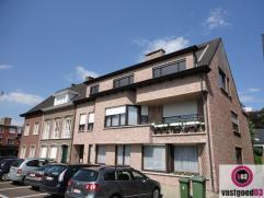 Ruim modern appartement gelegen in het centrum van Brasschaat, bestaande uit: Inkomhal, grote lichte leefruimte op parket met toegang tot het mooie te