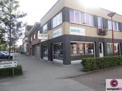 Goed gelegen commercieel hoekpand in het centrum van Stabroek. Bestaande uit een handelsgelijkvloers van 76m² met kitchenette en afzonderlijk toi