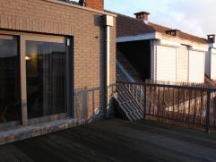 In het centrum van Hoevenen vindt u dit nieuwbouw appartement met groot dakterras.  Het appartement bevindt zich op de tweede verdieping.  Het bestaat