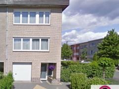 In deze rustige kindvriendelijke straat is deze HOB gelegen en bestaat uit: ruime inkomhal met toegang tot de garage en achterliggende zitplaats/extra
