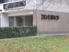 In een prachtig domein ligt dit gelijkvloers appartement in gebouw 'Zilverhof'. Het appartement heeft volgende indeling: ruime inkom met vestiaire en