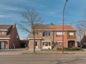 Deze gerenoveerde HOB met ruime garage is zeer centraal gelegen. Het huis werd als volgt ingedeeld: inkomhal met gastentoilet, een mooie, ruime leefk