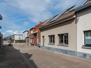 IN OPTIE !!! In een rustige straat nabij het centrum van Hoevenen vindt u deze ruime en zeer lichte woning met tuin én garage. De woning is ing