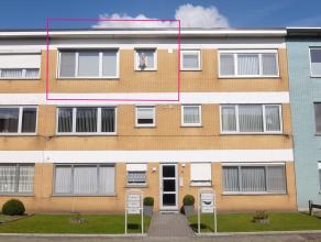 Dit verzorgd appartement is gelegen op de tweede verdieping en bestaat uit: een inkomhal met toegang tot de living met open haard, nieuwe ingerichte k