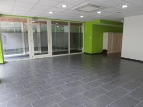 Deze mooi afgewerkte kantoor/commerciële ruimte van 40m² in het centrum van Kapellen werd helemaal vernieuwd naar de huidige normen, achter