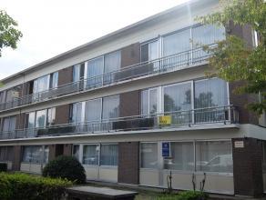 Dit verzorgde appartement met autostaanplaats is zeer centraal gelegen nabij winkels, scholen en openbaar vervoer. Het appartement, gelegen op de 2de