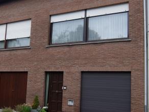 Zeer goed gelegen, gezellige bel-étage woning nabij scholen, openbaar vervoer en autosnelwegen. Deze woning bestaat uit een ruime garage met el