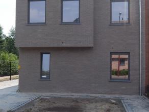 Dit nieuwbouwappartement op de eerste verdieping is gelegen in een rustige woonwijk (doodlopende straat) nabij het centrum van Putte-Stabroek. Het bes