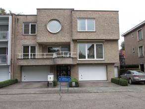 Nabij het centrum van Kapellen bevindt zich dit uiterst verzorgde appartement met LIFT op de 2de verdieping van een kleinschalig gebouw. Het apparteme
