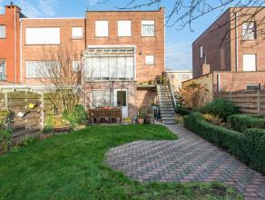 Deze heel gezellige woning is gelegen in een gezinsvriendelijke wijk en bestaat uit : op het gelijkvloers : de inkomhal - een grote garage met elektri