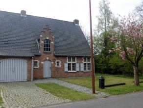 Stijlvol landhuis gelegen in de mooiste buurt van Stabroek. De woning werd als volgt ingedeeld, op het gelijkvloers: ruime inkomhal met vestiaire en g