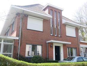 Deze zeer centraal gelegen woning nabij het centrum van Brasschaat kent de volgende indeling: inkomhal, apart toilet, bureel, ruime woonkamer met apar