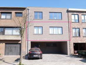 Dit nieuwbouwappartement op de eerste verdieping is gelegen in een rustige woonwijk nabij het centrum van Hoevenen. Het bestaat uit: een inkomhal, een