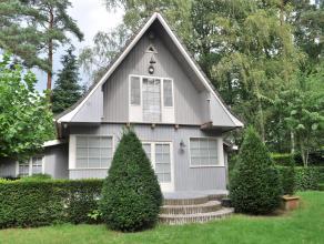 Te midden de groene omgeving van Heide bevindt zich deze charmante woning. Deze bestaat uit een inkomhal, een leefruimte, een mooie en volledig ge&ium