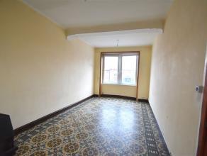 Appartement au 1er étage d'envrion 75 m² comprenant : Espace living, cuisine non équipée avec coin repas, salle de douche av