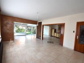 Immense habitation de 300m² très lumineuse avec garage, comprenant : hall avec vestiaire, salon, salle à manger, grande véra