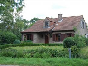 Rustig gelegen in een zeer groene omgeving. Klassiek landhuis bestaande uit een inkomhal, ruime living, grote ingerichte keuken, veranda, berging, 1 s