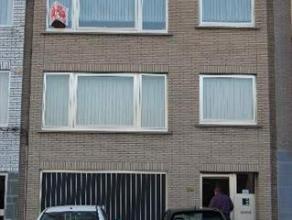 Appartement gelegen op 2Â verdieping met individuele garage. Living met laminaat en haard, ingerichte keuken (geen ijskast), badkamer met ligbad