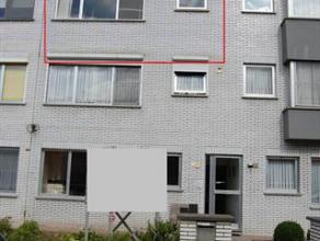 Het appartement is gelegen in een rustige woonwijk maar toch dichtbij allerlei voorzieningen.  Het appartement bevindt zich op de 2 de verdieping. Het