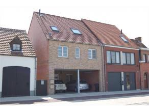 Gelegen tussen Stabroek en Putte vlakbij winkels en openbaar vervoer. Het betreft een duplexappartement op de 1ste en 2de verdieping. Op de 1ste verdi