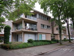 Zeer mooi dakappartement midden in centrum Brasschaat. Het appartement ligt op wandelafstand van alle winkels, openbaar vervoer, park en andere voorzi