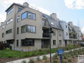 Recent appartement 2e verdieping 110m² met lift, groen gelegen nabij Golf, invalswegen en openbaar vervoer. Omvattende: inkomhal, apart toilet, l