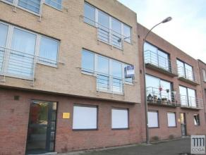 Goed onderhouden appartement (90 m²) op de eerste verdieping, centraal gelegen tussen Merksem en Schoten. Het appartement omvat: een inkomhal, ga